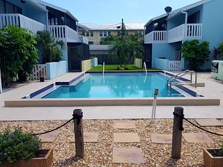 Siesta Dreamin 2/2 end unit with shared pool. Walk or bike to it all!