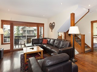 WHISTLER  SNOWY CREEK 17 SKI IN SKI OUT LUXURY SLEEPS 10 HOT TUB