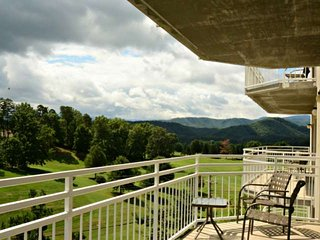 Golf Vista #152 Pigeon Forge Luxury condo, 2.4 miles to Dollywood, WIFI, Jacuzzi