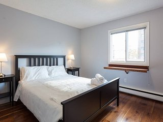Executive Condo in Heart of Calgary w/ Parking!