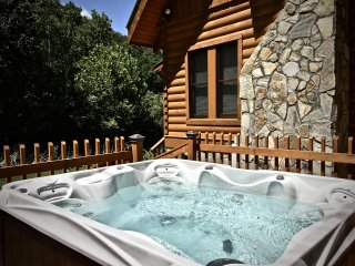 Shady Creek, Peaceful, Trout Fishing, Sparkling Hot Tub, Fireplace, WiFi