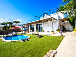 Serene villa in Sils for up to 8 people, 20km to the beaches of Costa Brava
