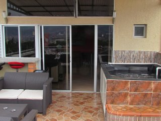 3 Bedroom Penthouse Roof Deck Private can entertain AC Lleras