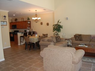 Spacious townhouse with WiFi recently updated. 2 minutes to the beach!