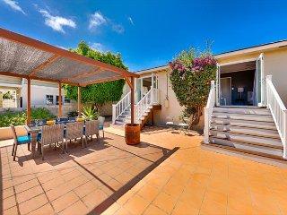 Quaint cottage, large deck, short drive to beach, restaurants & shopping!