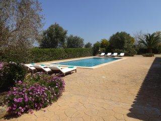Casa rústica muy espaciosa y con piscina situada en una zona muy tranquila.