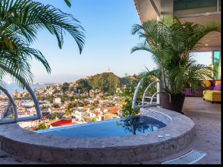 8 br Stunning house upper Amapas , unbeatable view from the bay!