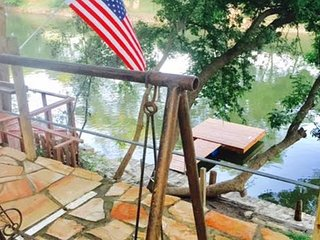 Amazing 2/2 Cabin sleeps 10 right on Guadalupe River!!