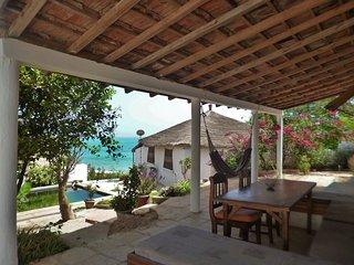 Propriété de 2 maisons face à la mer et la plage