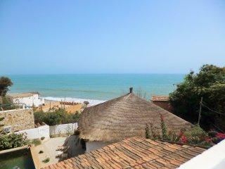 La plage a vos pieds, piscine ecologique et service de pension et d'excursions