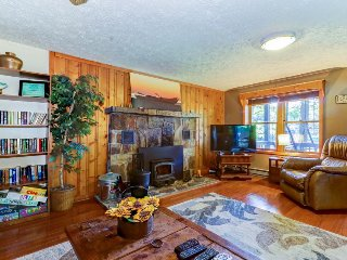 Charming dog-friendly cabin w/ private hot tub - close to hiking & lake access