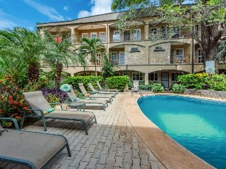 Gorgeous condo with shared swimming pool - quick walk from the beach!