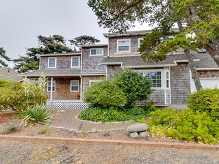 Large coastal home w/jacuzzi tub, 2 family rooms - great location, walk to beach