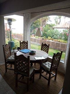 Großer Esstisch für die ganze Familie aus Tropenholz. 6 Stühle