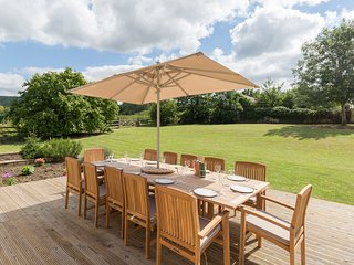 Almsbury Farmhouse, Sleeps 14, Dog Friendly, Walks & Cycling on your Doorstep