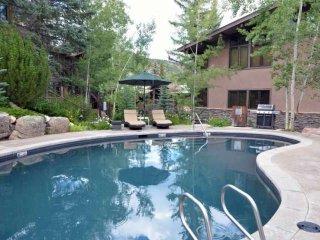 Stay w/ Friends & Save! Outdoor Pool, Hot Tub, Walk to Ski, Restaurants, Shops i