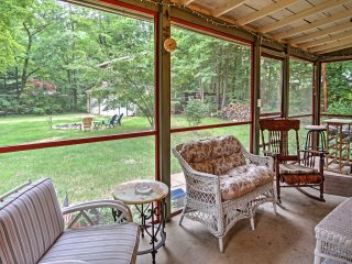Harbert Cottage+Studio w/Porch Half Mile to Beach!