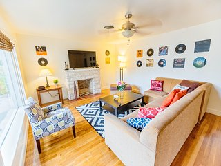 Modern 7 Bed Austin Compound - Downtown, Rainey, 6th Street, BBQ, Fun!