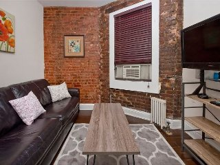 Times Square XL 1 Bed - Cherry Wood Floors - Large Spacious RETREAT - Quiet