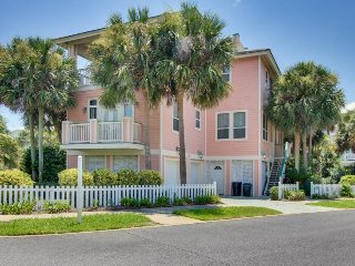 Lovely home w/ shared hot tub, pool & easy beach access - snowbirds welcome!