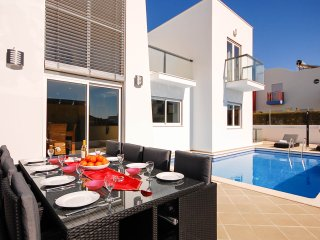 VENTUS Modern villa, private pool, games room, AC, free WiFi, Marina Albufeira
