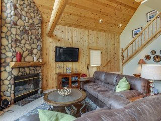 Newly remodeled chalet w/ private hot tub, shared pool & golf course views!