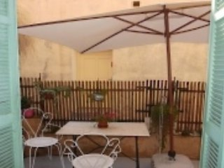 L'Esquiaou - a one bedroom apartment with a small terrace in the Old Town