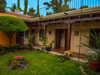 Volcano Views!! Luxury Colonial Living!! Sleeps 8.