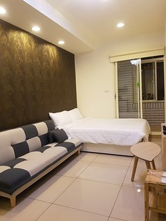 MRT double room with balcony (xinpu station)