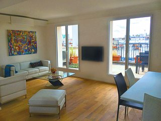 Three Bedroom Spacious Flat Near Arc de Triomphe