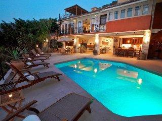 5 br Pretty Villa upper Amapas , stunning views to the bay!