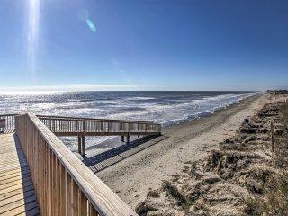 Beachfront Galveston Condo w/ Pool & Balcony!