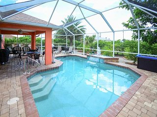 3BR w/ Screened Lanai, Heated Pool, & Grill - Near Shopping, Dining, & Golf