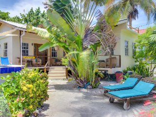 Relaxing villa w/ ocean views, shared pool & tropical garden - walk to beach!