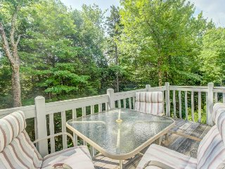 Condo w/ three pools, twelve tennis courts, sauna, hot tub, gym, and more!