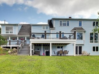 Spacious kid-friendly home w/ huge deck, gourmet kitchen, & mountain views
