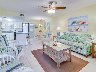 Lovely townhouse w/golf cart, shared pools & other amenities - dogs welcome!