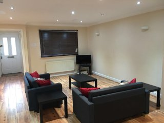 Cosy Newly Decorated 3 Bedroom Family House In East London