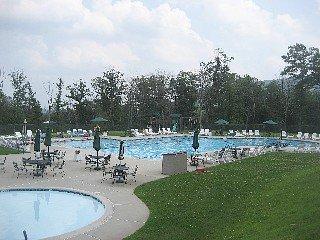 Climatizada piscina exterior (abierta sólo en verano) - entrada incluida en el precio.
