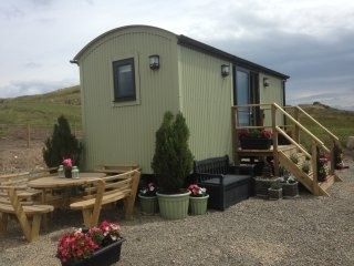 Upper Gilwern Quarry Hut - Cosy Glamping includes Fossil Hunting Experience