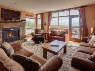 Tamarack Ridge 'Golf' Chalet, Private Hot Tub, True Ski in/Ski out