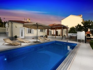 VILLA WITH JACUZZI AND POOL IN THE CENTER OF ZADAR