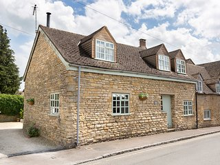 Teagles Cottage; in the historic Cotswold town of Stow-on-the-Wold with parking