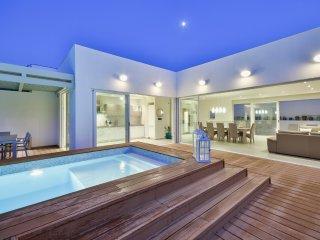 Amazing Family Villa - 4-bedroom Villa with indoor and outdoor Pools