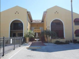 Gateway to Siesta Key 1/2 mile Walk to the Beach Adorable 2 Bedroom Condo