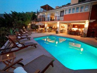 4 br Gorgeous villa upper Amapas  location! do not miss it !