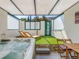 New-luxury apartment with nice Jacuzzi spa