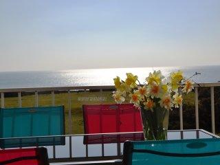 Vue Panoramique sur la mer et ile de GROIX avec piscine chauffee