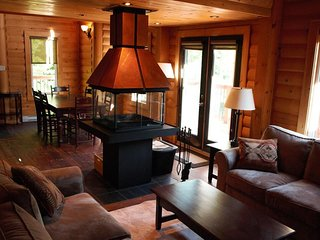 Bright, Comfortable, Spacious | Log Cabin with STUNNING Wood Fireplace