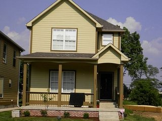 Dowtown 5 Bd/4 Bath House/ Fireplace/  Full Bar/ Full Kitchen/Washer/Dryer